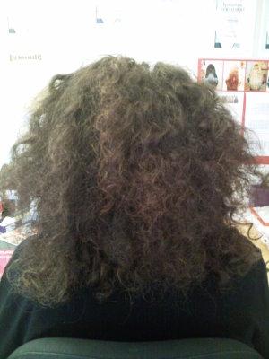 lockige Haare mit Echthaarextensions verlängert